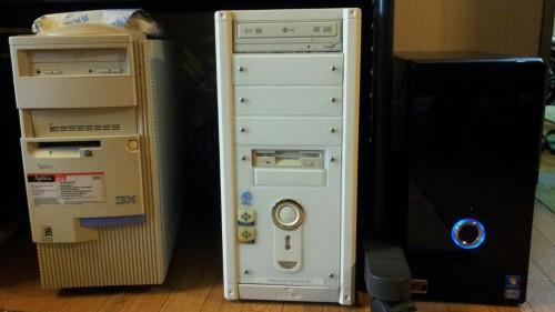 3世代のパソコンが並ぶ光景